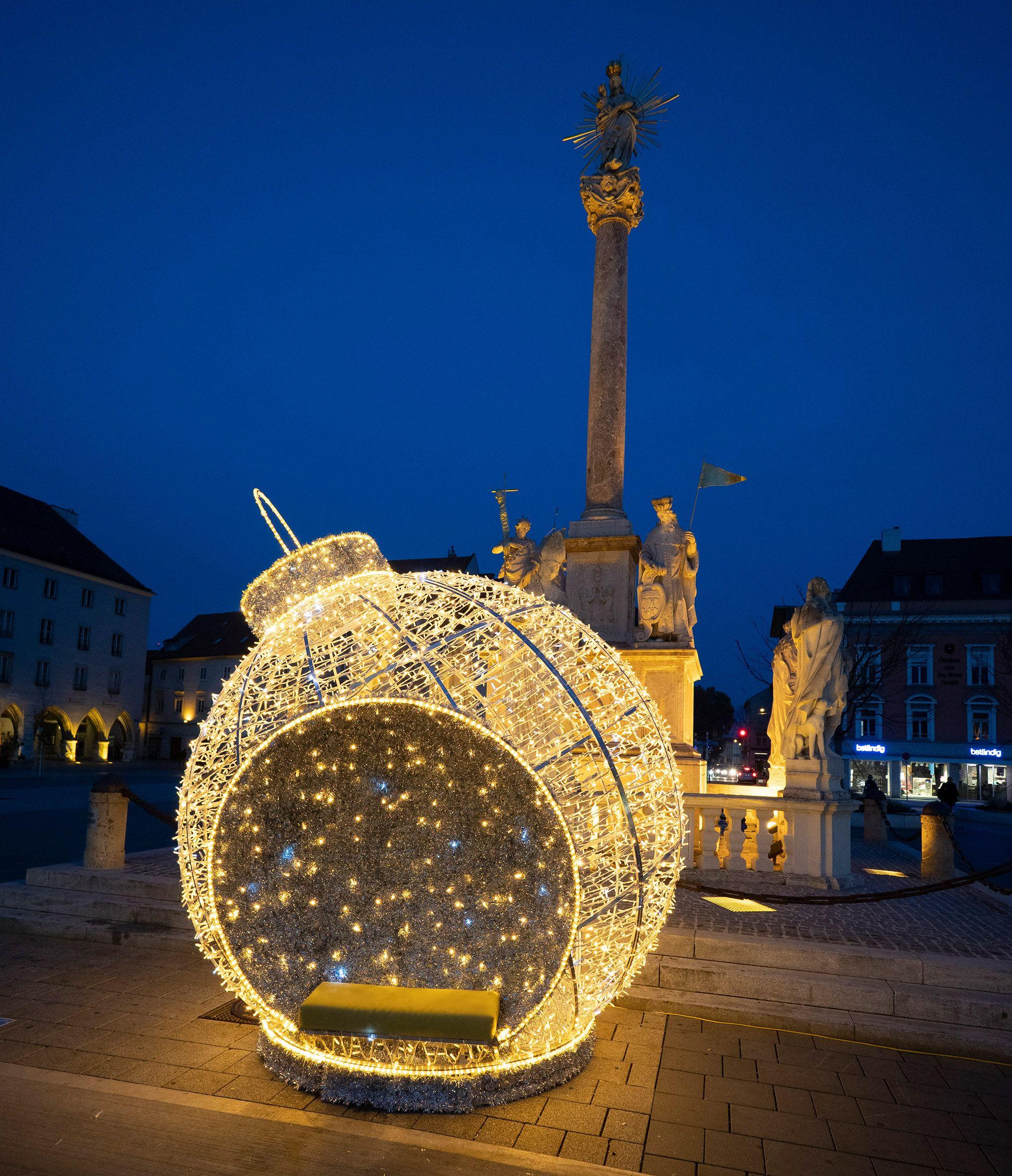 Weihnachtskugel vor Mariensäule