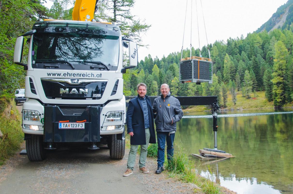 Martin Klein vom Hotel Hochschober & Norbert Szigeti (v.l.) - Sektversenkung im Grünsee